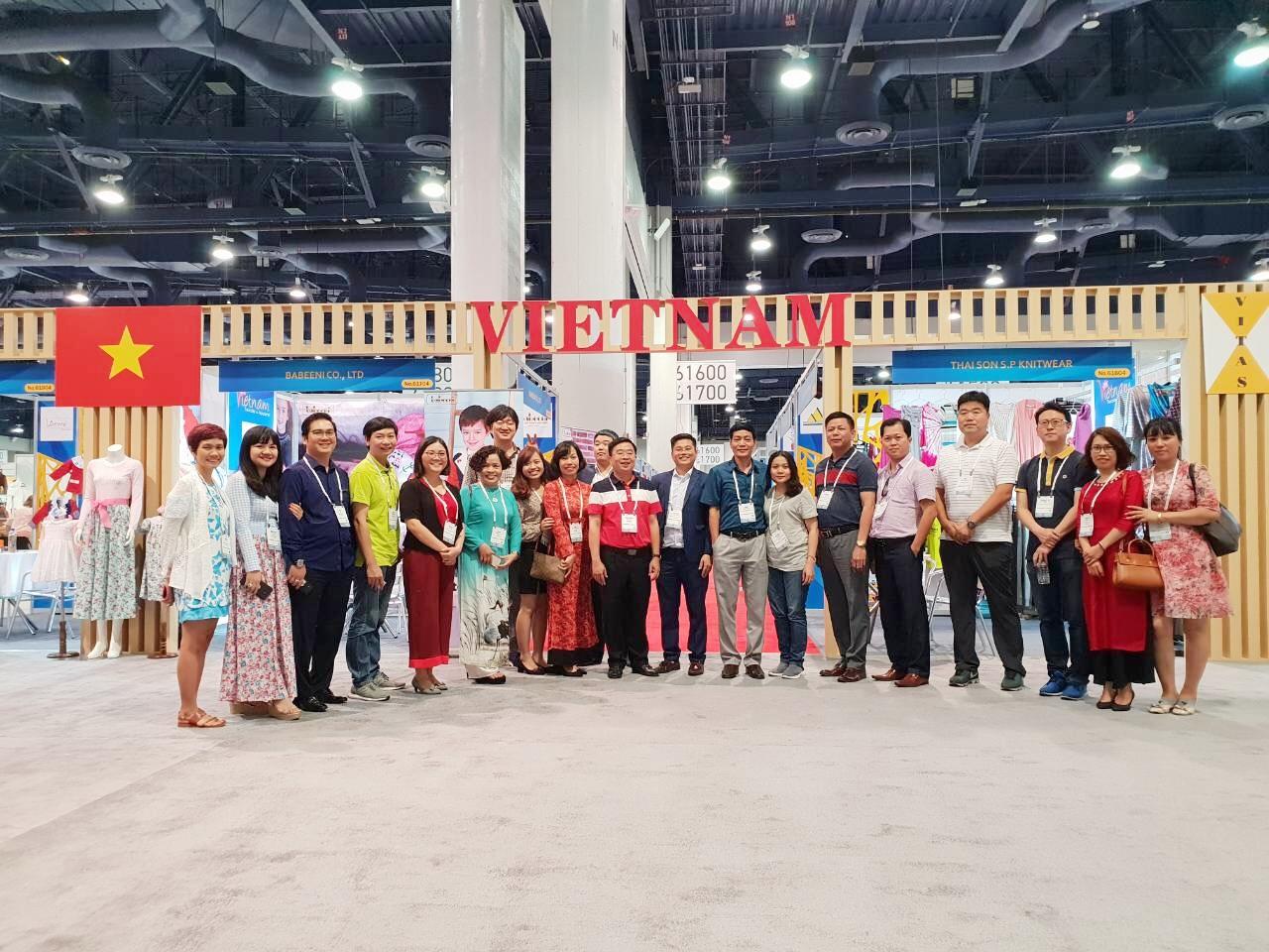 Đoàn doanh nghiệp dệt may Việt Nam tham dự Hội chợ Sourcing at Magic lần thứ 13 tại Hoa Kỳ